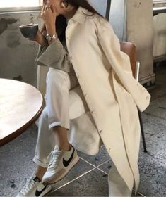 Neutral Color Athleisure Style Inspiration - Love this neutral color athleisure outfit idea – such a great Spring casual street style look La m - 90s Fashion, Retro Fashion, Korean Fashion, Boho Fashion, Autumn Fashion, Fashion Outfits, Fashion Tips, Fashion Trends, Sporty Fashion