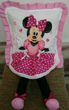 Pintada com patch aplique em acompanha enchimento, almofada tipo encaixe de fronha,na medida 45 x Natal Do Mickey Mouse, Mickey Mouse Christmas, Sewing Pillows, Diy Pillows, Rideaux Shabby Chic, Christmas Sewing Projects, Decoupage Vintage, Pillow Reviews, Chair Covers