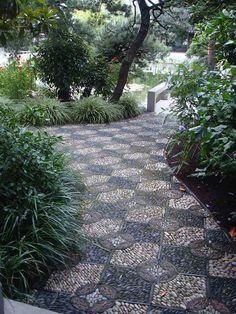 allée de jardin réalisée en mosaïque décorative de galets multiformes