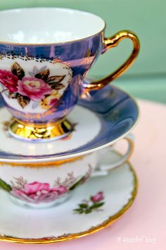 A pair of vintage tea cps with gold embossing and roses pattern Antique Tea Cups, Antique Dishes, Vintage Teacups, China Cups And Saucers, China Tea Cups, Tea Sandwiches, Tea Art, My Cup Of Tea, Tea Cup Saucer
