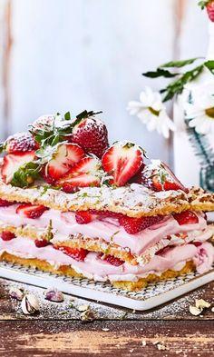 Britajäätelökakku – korvaa kermavaahto jätskillä ja uusi kesähitti on syntynyt | Maku Can I Eat, Piece Of Cakes, Party Drinks, Yummy Cakes, Summer Recipes, Yummy Treats, Baking Recipes, Sweet Tooth, Tart