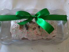 Bolo de 400g, massa de bolo inglês com recheio de frutas secas a escolha, decorado com glacê real e confeitos natalinos. Embalado em bandeja de acetato, fita e tag. R$ 25,00