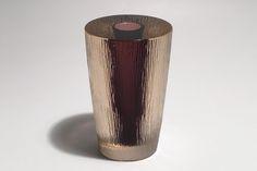 utopiaretromeodern.com - designer: Willy Johansson, produsent: Hadeland, periode: 1957, Glassvase i overfanget selen glass med fiolett kjerne, ujevn overflate.