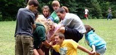 L'objectif est de comprendre comment démêler le noeud humain sans jamais se lâcher les mains. Ce jeu permet de briser la glace en aidant les participants... Pack Meeting, Ice Breakers, Team Building, Leadership, Gym, Couple Photos, Sports, Kids, Communication