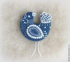 Купить или заказать Брошь текстильная.Синяя птица Гжелька.(джинсовая) в интернет магазине на Ярмарке Мастеров. С доставкой по России и СНГ. Материалы: Джинсовая ткань, кружево, мулине дмс…. Размер: 5,5 х 5 см