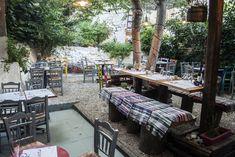 Το Σαραντατρίο της οδού Φραντζή επενδύει στην ελληνική κουζίνα και στα προϊόντα μικρών παραγωγών. Outdoor Furniture Sets, Outdoor Decor, Athens, Have Fun, Restaurant, Patio, City, Places, Home Decor