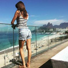 Alessandra Ambrosio à Rio hôtel Fasano Mannequin à la palge look http://www.vogue.fr/mode/mannequins/diaporama/la-semaine-des-tops-sur-instagram-juillet-2015/21636/carrousel#alessandra-ambrosio-rio