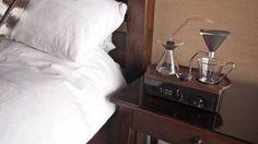 Kaffee gehört für viele zum morgendlichen Ritual des Wachwerdens genauso dazu, wie eine erfrischende Dusche oder eine Schale Müsli. Zu dieser Gruppe gehört auch Josh Renouf. Der Brite hat mit The Barisieur einen Wecker entwickelt, der nicht nur weckt, sondern auch Kaffee kocht.
