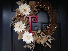 Burlap Wreath with Monogram por TwistedandTwizzled en Etsy