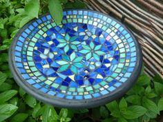 Rustic Garden Decor, Vintage Garden Decor, Rustic Gardens, Glass Ceramic, Mosaic Glass, Glass Art, Mosaic Birds, Mosaic Art, Mosaic Birdbath