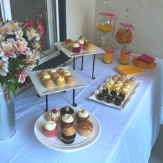 'Cupcakes & Cocktails' bridal shower table