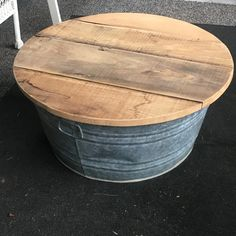 coffee table made from galvanized water tank Outdoor Coffee Tables, Diy Coffee Table, Patio Table, Diy Table, Furniture Making, Diy Furniture, Metal Tub, Galvanized Tub, Porch Decorating