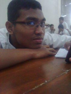 Awaludin Al-Arif........................................... mendengarkan music (2011)