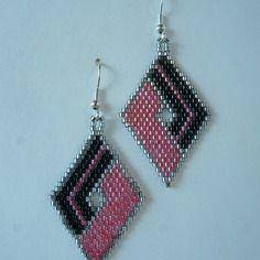 """Boucles d'oreilles en tissage Brick Stitch motif """"Losange"""" rose et noir"""