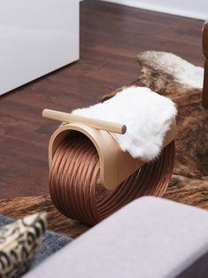 Federal Design House est un studio de création basé à Ottawa au Canada et spécialisé dans le design industriel, le graphisme et le design produit. Sa dernière réalisation est un cheval à bascule intitulé Epona.  « Epona » est le nom de la déesse gallo-romaine du cheval. Cette version moderne du cheval à bascule est fabriqué à partir de câble de cuivre recyclé, de bois d'érable canadien et (je suis beaucoup moins fan) de fourrure de lapin...