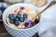 Hrnečku vař: Nejrychlejší proteinový mug cake ala banánový chlebíček   Aktin Indian Cake, Sweet Breakfast, Cake Pans, Acai Bowl, Cake Recipes, Oatmeal, Menu, Dishes, Cooking