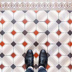 75002 - Rue de Clery #parisianfloors#ihavethisthingwithfloors#ihavethisthingwithparisianfloors#selfeet#fromwhereistand#paris#tiles#floors#carrelage#mosaic#design#pattern#interiordesign#architecture#shoes#hudsonshoes