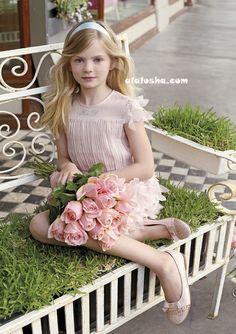 Miss Blumarine Весна/Лето 2014, словно зеркальное отражение чистой весны рисует контуры и силуэты едва распустившихся бутонов весенних цветов, которые стали главным украшением новой коллекции.