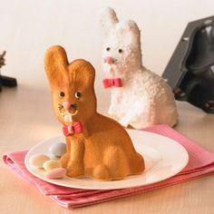 Perfekt für die Kaffeetafel zu Ostern! Die tolle Vollbackform in Hasengestalt lässt einen zum Anbeißen süßen Osterhasen auf den Tisch, nach Lust und Laune dekoriert und verziert. Wer gern backt, dem machen Sie mit dieser Backform eine Riesenfreude – oder Sie verschenken den darin entstandenen, leckeren Kuchen-Hasen. So oder so eine prima Geschenkidee!