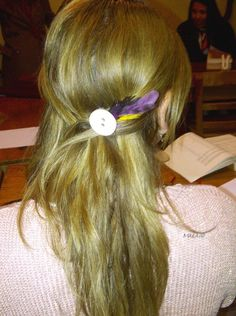 Hair pin with a big button and feathers
