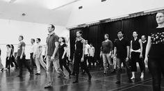 """Staatstheater Nürnberg Ballett ::: Goyo Monteros """"Monade"""" ::: Probenvideo  Ballettdirektor Goyo Montero zeigt eine Choreographie mit der er wieder einmal neue Wege beschreitet. Zum ersten Mal wird er darin den Chor des Staatstheaters sowohl musikalisch als auch choreographisch einbinden. Das umfangreiche Kantaten-Werk J. S. Bachs bildet die musikalische Quelle aus der Goyo Montero Inspiration für seine Choreographie schöpfen und seine Compagnie eindrucksvoll in Szene setzen kann. Kamera…"""