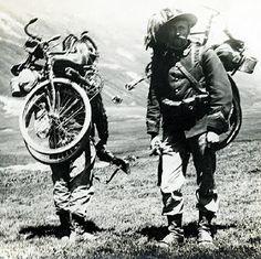 Olasz katonák az összecsukott kerékpárral