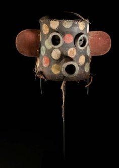 Masque Hopi, U.S.A Arizona Masque Cholawitze(Zuni fire God)Cuir de réemploi de selle ou de bottes, pigments, bois, cordelette. H. 20,5 cm Période de confection proposée: circa 1880-1890
