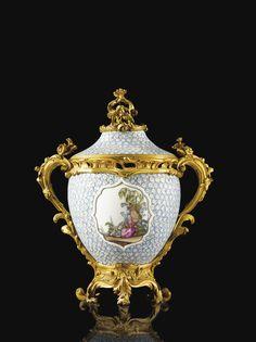 """Paire de pots-pourris en porcelaine dure de Meissen """"Maiblumen"""", vers 1748-1752, à monture de bronze doré d'époque Louis XV attribuée à Jean-Claude Duplessis   Lot   Sotheby's"""