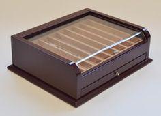 COFANETTO per PENNE Laccato bordeaux, un ripiano porta penne più un cassetto estraibile, pomello zincato e coperchio in plexiglass ripartizione interna per 16 penne, interno rivestito in tessuto, fatto a mano. Dimensioni; cm. 28 x 22 x 9,5
