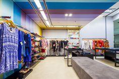 Loja Casual - Multimarcas e Melissa O colorido do teto e paredes harmoniza com os produtos.