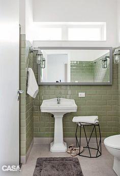 Azulejos bisotados da Eliane resgatam o ar retrô no banheiro. Banco da Orbi Brasil.