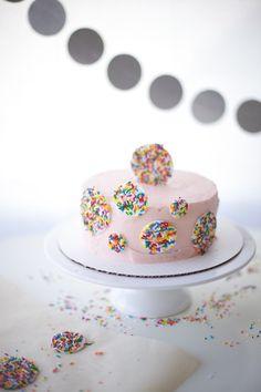 カラースプレーチョコをまぶしたデコレーションが華やかなケーキ。ベースのケーキのカラーが落ち着いているので、カラフルだけど洗練された美しさがあります。