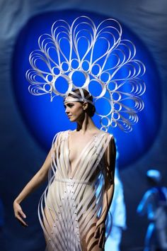 LOOK AT THIS ! 'Seraph' by Amelia Taverner and Eleanor Beeden of New Zealand is modelled in the Avant-garde Section during the World of WearableArt Opening Night 2017 at TSB Bank Arena on September 2017 in Wellington, New Zealand. - 15 of 90 Weird Fashion, Fashion Art, Fashion Show, Fashion Design, World Of Wearable Art, Avant Garde Hair, Fantasy Costumes, Recycled Fashion, Amelia