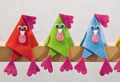 Wer wenig Zeit oder Geduld hat, trotzdem an Ostern basteln möchte, hat diesen verrückten Hühnern aus Filz die richtige Idee. autour du tissu déco enfant paques bébé déco mariage diy et crochet Quick Crafts, Diy Home Crafts, Crafts To Do, Felt Crafts, Paper Crafts, Diy Gifts For Kids, Easter Crafts For Kids, Colorful Decor, Christmas Diy