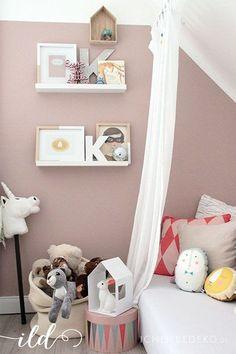 Schöne Idee mit dem Bett unter der Dachschräge. Schöne Bilderrahmen (gelb/weiß?)