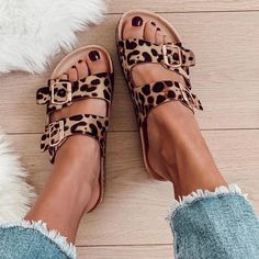 Leopard Birkenstock - look - Zapatos Ideas Dream Shoes, Crazy Shoes, Cute Shoes, Me Too Shoes, Fashion Online Shop, Black Tees, Bohemian Mode, Leopard Shoes, Cheetah