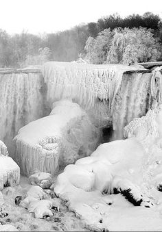 Originally from upstate NY, I love to see Niagara Falls during the winters where it completely freezes over. Such a beautiful fairy tale sight to see. Niagara Falls Facts, Niagara Falls Frozen, Pictures Images, Cool Pictures, Beautiful Waterfalls, Winter Beauty, Winter Scenes, Countries Of The World, Places Around The World