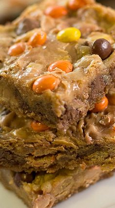 Reese's Pieces Magic Bars - Like Mother Like Daughter Yummy Snacks, Delicious Desserts, Yummy Food, Reeses Pieces Recipe, Sweets Recipes, Baking Recipes, Easy Recipes, Fudge, Magic Bars