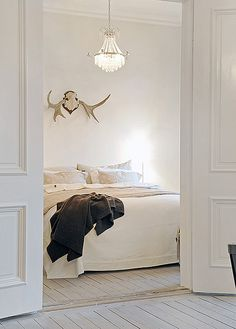 White bedroom with dead animal antlers. Peaceful Bedroom, Dream Bedroom, Home Bedroom, Bedroom Decor, Budget Bedroom, Bedroom Ideas, Master Bedroom, Room Photo, House Tweaking