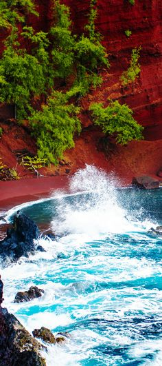 Red sand beach in Maui, Hawaii! Click through to read 27 things you have to do while in Hawaii! The Big Island | Beaches | Honolulu | Kauai | Activities | Waterfalls | Hiking | Snorkeling