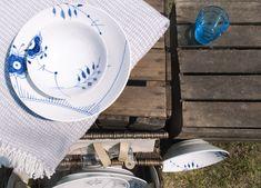 Blau machen mit den Royal Copenhagen Mega Blau Gerippt Tellern und den iittala Kartio Gläsern.