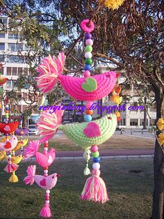 Birds of a tree full of abundance:) - Turkish site - like those at Attic 24 Crochet Bunting, Crochet Birds, Crochet Animals, Crochet Motif, Crochet Flowers, Knit Crochet, Crochet Patterns, Crochet Home, Crochet Crafts