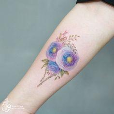 푸른 보라빛의 라넌큘러스 Lovely ranunculus  #수채화타투 #꽃타투 #라넌큘러스 #아로새기다타투 #아낙림 #타투 #타투도안 #타투이스트실로 #타투 #타투이스트 #tattoo #watercolor #watercolortattoo #ranunculus #flower #flowertattoo #tattooartist #arotattoo #tattooist_silo #tattooart