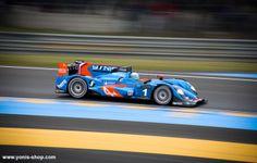 Super Yonis sur la piste en pole position pour  les 24 Heures du Mans, une journée complète de course automobile. Yonis-Shop.com