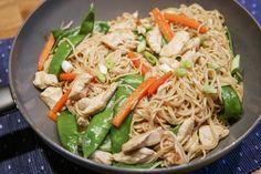 """Här kommer en snabb och enkel asiatisk maträtt som blir så god. Den tar ungefär 30 minuter från start till färdig mat! Perfekt vardagsmat alltså! Den smakar precis som på kina-restaurang. Jag gillar också att man har """"allt-i-ett"""" och man kan servera allt ifrån samma panna. 4 port. äggnudlar 3 msk hoisinsås 5 dl kycklingbuljong […]"""