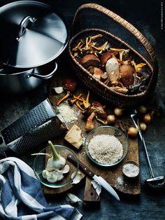 På hösten levererar vår skog massor av goda råvaror. Av svampskörden lagar vi en värmande mustig risotto full av trattisar och karljohansvamp.