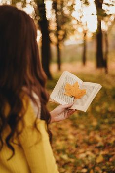 Read our creative autumn photography tips to improve your skills and impress! Portrait Photography Poses, Photography Poses Women, Autumn Photography, Book Photography, Creative Photography, Girly Pictures, Fall Pictures, Fall Photos, Autumn Instagram