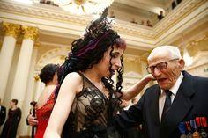 Sofi Oksanen ja 101-vuotias Hannes Hynönen tanssin pyörteissä.