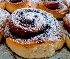 Bolti kakaós csiga helyett, egyszerű, otthon készíthető recept. Gyorsan elkészíthető, finom, kívül ropogós, belül puha, foszlós kakaós csiga. Tartósítóktól, adalékanyagoktól mentes..suliba is gyümölcs, szendvics mellés finom házi nasi Ciabatta, Doughnut, Bakery, Food And Drink, Snails, Chef Recipes, Cooking, Bakery Business, Bakeries