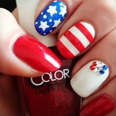Patriotic nails. (by @maggs416 on IG)